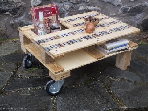 bancale o pallet riciclato e trasformato in tavolo da salotto