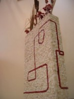 Vaso in mosaico con tessere di marmo di Carrara e tesseree di smalti rossi su base di ferro