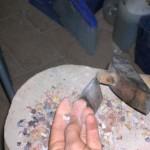 si utilizza il ciocco e la martellina per tagliare le tessere