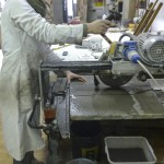 taglio del marmo con sega corcolare ad acqua