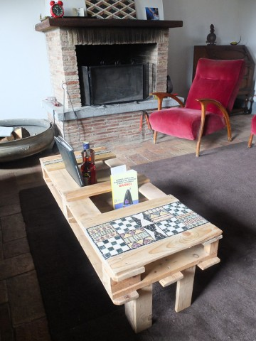 Un tavolo da un bancale riciclato con inserti in mosaico