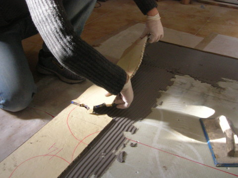 posa in opera di un pavimento in mosaico