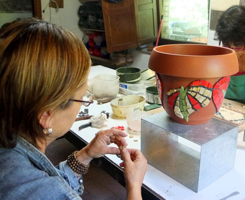 decora un vaso con il mosaico