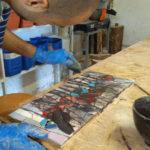 momento della stuccatura del mosaico finito