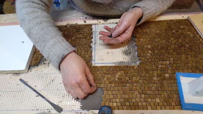 lavorazione di un rivestimento in oro | afmosaici.com