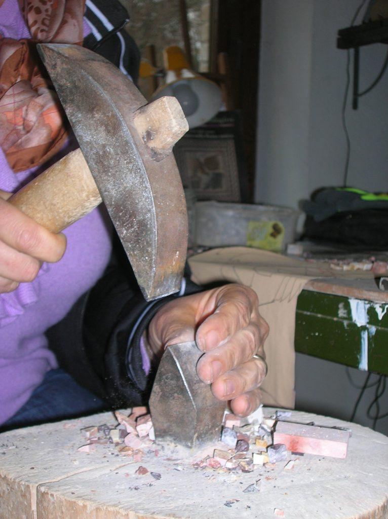 taglio delle tessere con la martellina